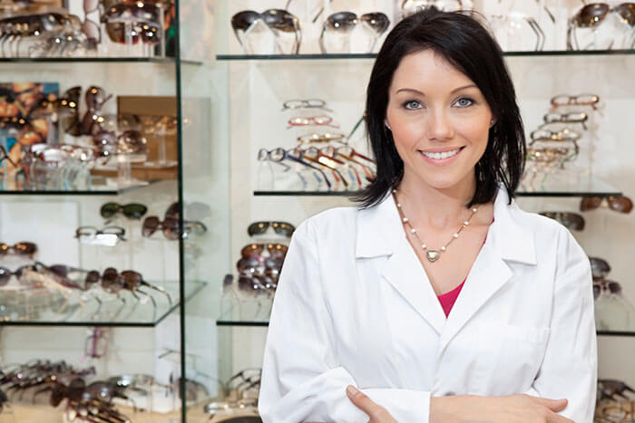 how to become an optometrist assistant