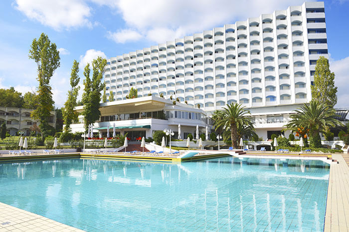 Top 10 things to consider when choosing a hotel enlighten me - Hotels near me with a swimming pool ...
